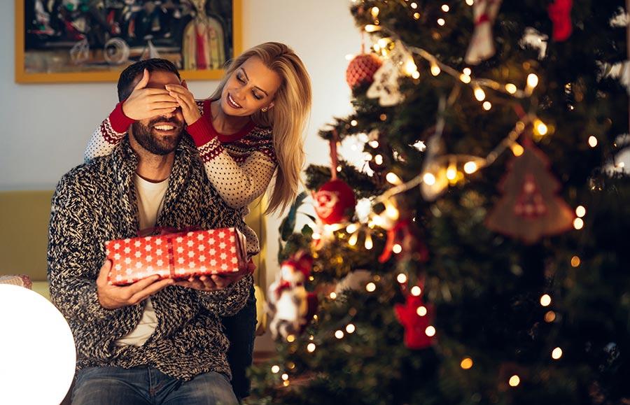 a6e39be389 Pedig nem is olyan nehéz karácsonyi ajándékot választani, csak túl kell  látnunk a tusfürdő és dezodor csomagok tömegén. Ha valami egészen  különleges ötletre ...